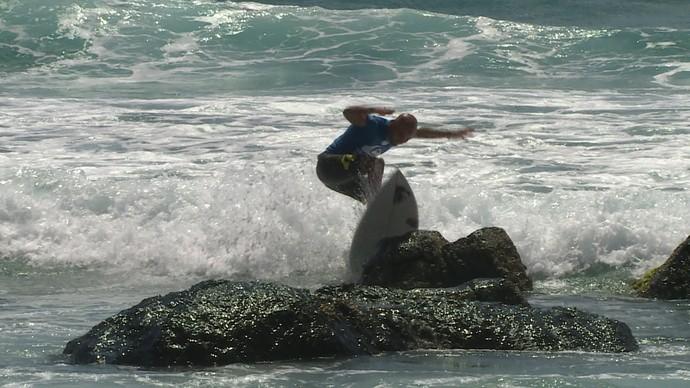 Frederick Patacchia desconta ravia com derrota batendo prancha na pedra em Gold Coast Mundial de Surfe (Foto: Reprodução)