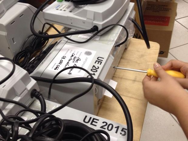 Urnas eletrônicas para a eleição municipal são lacradas em Presidente Prudente (Foto: Wellington Roberto/G1)