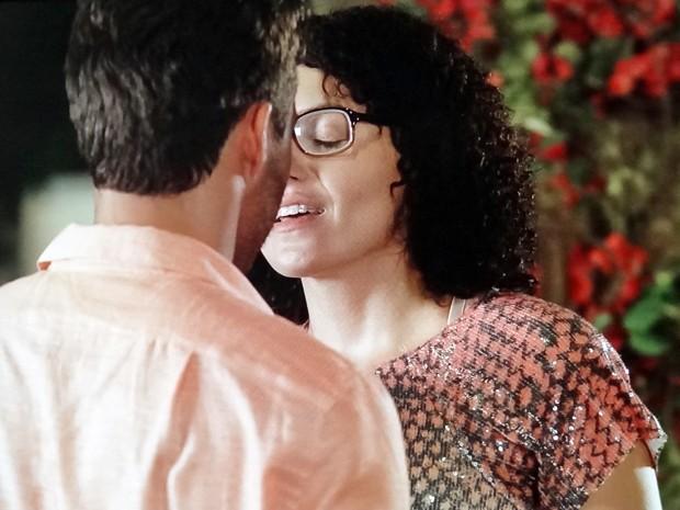 Scarlett esquece a sua promessa e se rende ao charme do ex! (Foto: TV Globo)