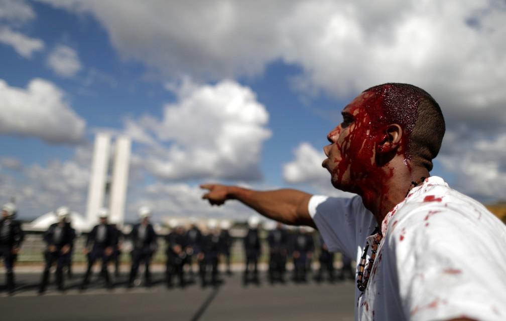 Manifestante com cabeça ferida durante protesto contra o governo do presidente Michel Temer, em Brasília (Foto: Ueslei Marcelino/Reuters)
