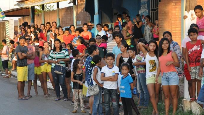 Milhares de pessoas acompanharam o revezamento em Santarém (Foto: Adonias Silva/G1)