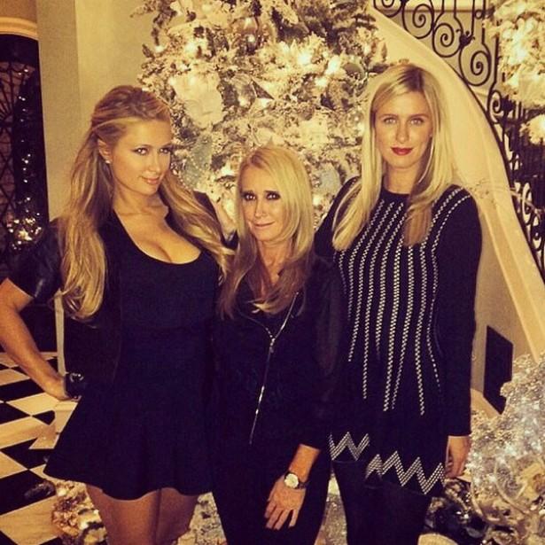Paris Hilton (à esq.) capricha no decote e no olhar até durante a época do Natal. (Foto: Instagram)