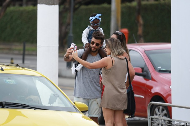 Bruno Gagliasso e a filha, Titi, tirando foto com uma fã (Foto: Agnews)