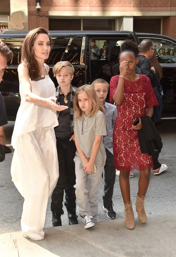 A atriz Angelina Jolie com alguns de seus filhos (Foto: Getty Images)