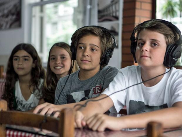 Netos de Gloria conferem a gravação da cena (Foto: Inácio Moraes/Gshow)