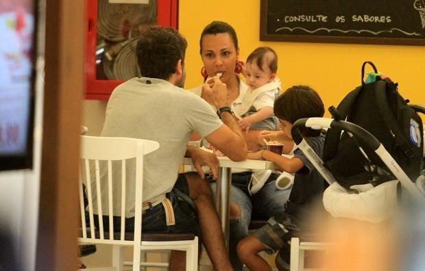 Eriberto Leão com a mulher e o filho (Foto: Thiago Martins / AgNews)