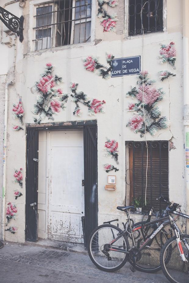 O projeto Arquicostura, da espanhola Raquel Rodrigo, borda paredes usando a técnica do ponto cruz (Foto: Divulgação)