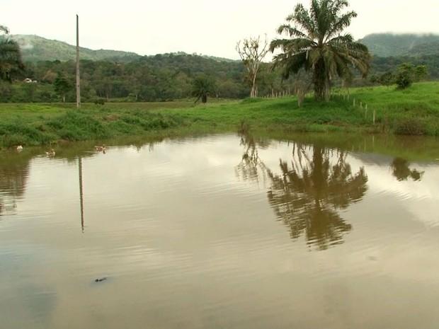 Represa onde irmãos gêmeos morrerram afogados na região sul da Bahia (Foto: Reprodução/TV Santa Cruz)