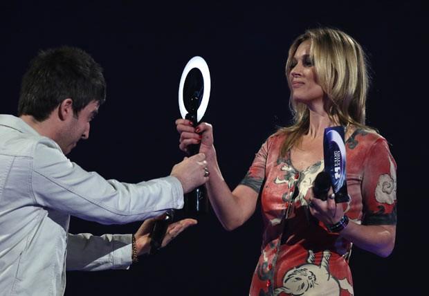 Kate Moss recebe, de Noel Gallagher, nesta quarta-feira (19), em Londres, prêmio em nome de David Bowie (Foto: AFP)