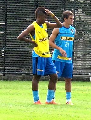 Vitinho e Lucas no treino do Botafogo (Foto: André Casado / Globoesporte.com)