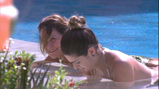 Ieda e Vivian pegam sol na beira da piscina