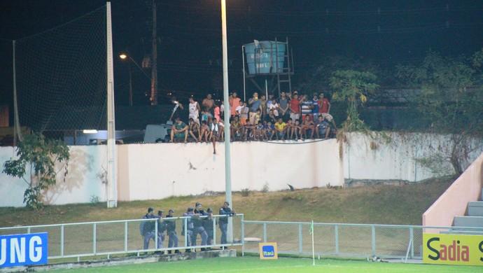 Torcedores improvisaram para assistir treino do Brasil Sub-23 em Manaus (Foto: Marcos Dantas)