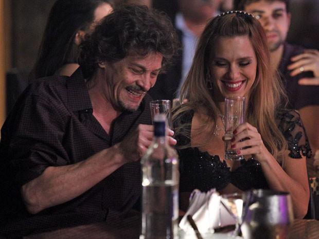Jessica bebe além da conta na inauguração da boate em Istambul (Foto: Salve Jorge / TV Globo)