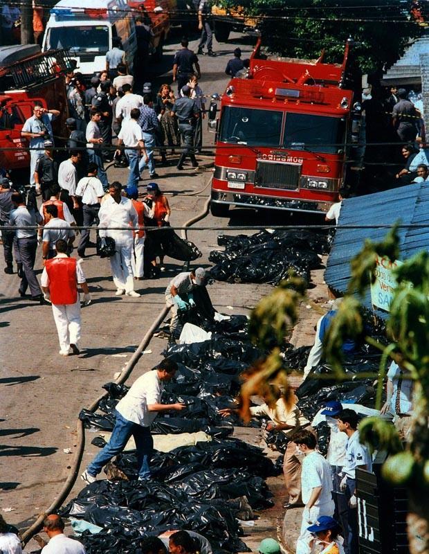 Corpos de vítimas de queda do Fokker 100 da TAM foram colocados em sacos na rua (Foto: Nelson Almeida/Arquivo Estadão Conteúdo – 31/10/1996)