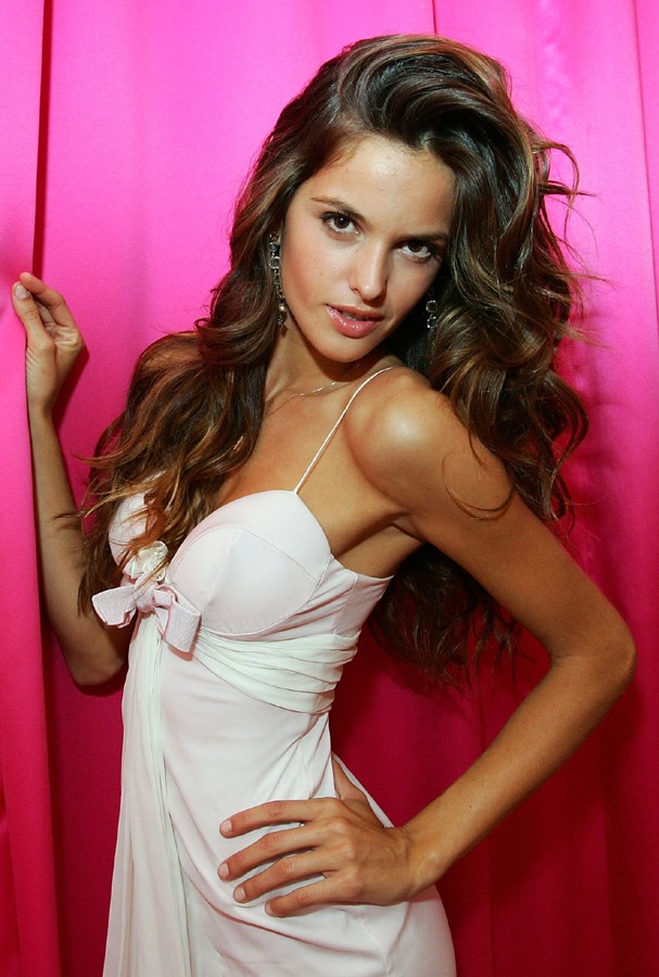 LAS VEGAS - MAY 26:  Model and Victoria's Secret Angel Izabel Goulart poses at the one-year anniversary celebration for Victoria's Secret's Las Vegas flagship store at the Forum Shops at Caesars Palace May 26, 2006 in Las Vegas, Nevada.  (Photo by Ethan M (Foto: Getty Images)