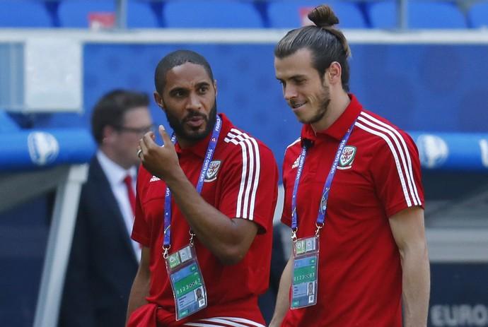 Ashley Williams e Gareth Bale na caminhada dos jogadores do País de Gales no gramado em Lyon (Foto: REUTERS/Kai Pfaffenbach)