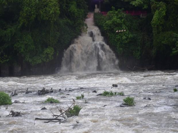 Véu da Noiva volta a jorrar água normalmente em Piracicaba (Foto: Marco Guarizzo/G1)