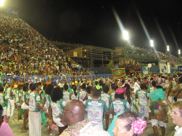 No ensaio da Mangueira, componentes contagiaram o público cantando o samba-enredo (Foto: Priscilla Souza/G1)