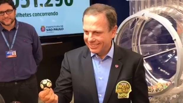 O prefeito João Doria sorteia primeira 'nota do milhão' (Foto: Reprodução/Facebook)