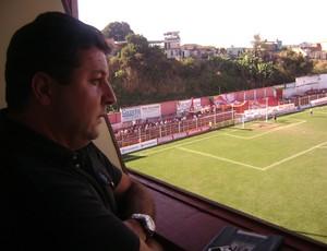 Técnico do Guarani-MG, Gian Rodrigues, assiste jogo da cabine (Foto: Valquíria Souza /Tv Integração)