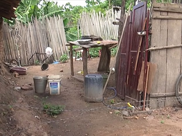 Banheiro improvisado em residência na cidade de Codó (MA) (Foto: Reprodução/TV Mirante)