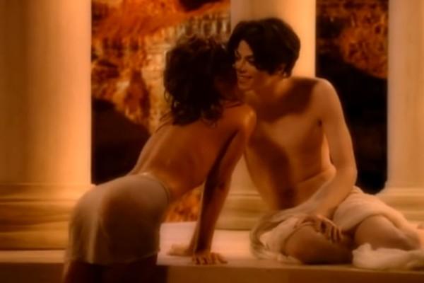 Quem pensa que ficar sem roupa em clipes é coisa atual, se engana. Em 1995, Michael Jackson já aparecia nu no clipe de 'You Are Not Alone' (Foto: Reprodução)