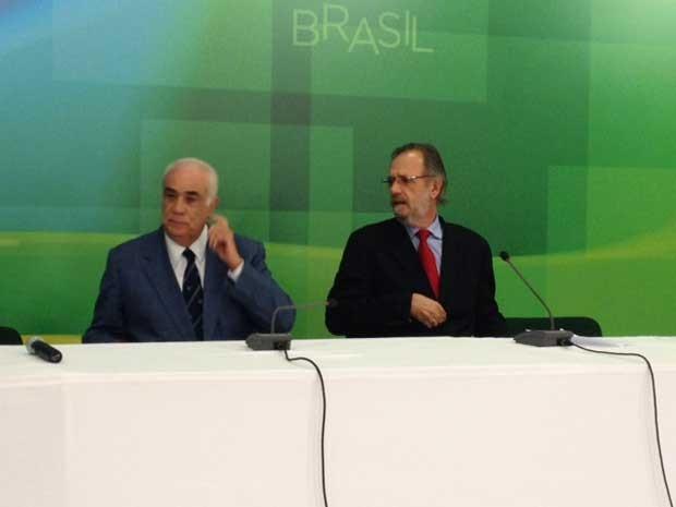 Ministros dos Transportes, Antônio Carlso Rodrigues (esq.), e da Secretaria-geral da Presidência, Miguel Rossetto, concedem entrevista coletiva (Foto: Filipe Matoso / G1)