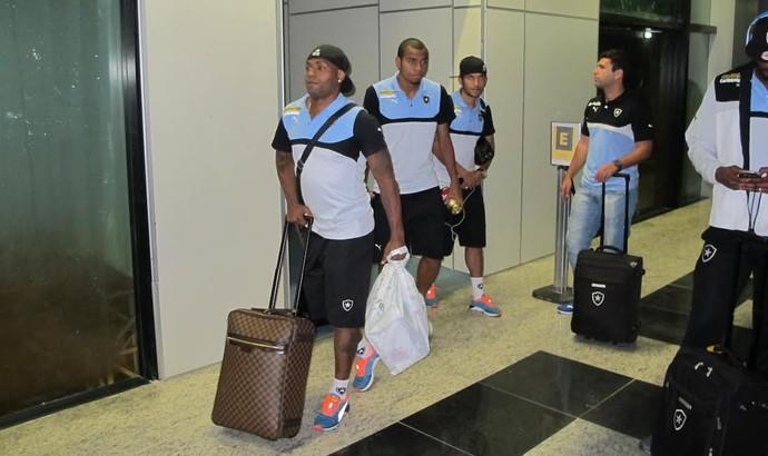 Jobson Botafogo desembarque Manaus (Foto: Gustavo Rotstein)