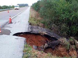 Parte do asfalto caiu depois que os bueiros cederam na BR-153 (Foto: Divulgação/PRF)
