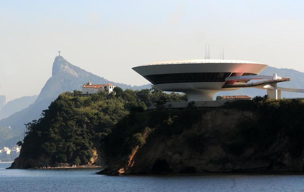 Museu de Arte Contemporânea (MAC) de Niterói, projeto de Oscar Niemeyer, com o Cristo Redentor ao fundo (Foto: Alexandre Durão/G1)