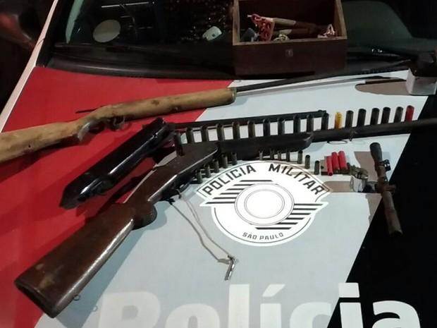 Polícia apreendeu espingardas na casa do suspeito em Itapura (Foto: Divulgação/Polícia Militar)