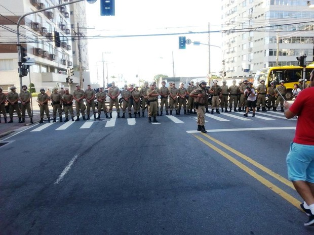 Polícia fechou Gama D'eça em direção à Beira-Mar Norte (Foto: Kadu Reis/Grupo RBS)