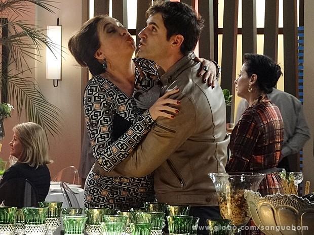 Primeiro, o 'casal' ensaia um biquinho tímido (Foto: Sangue Bom/TV Globo)