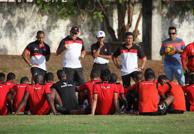 Edson Porto fala com jogadores antes do treino no Ipem (Foto: Biné Morais/O Estado)