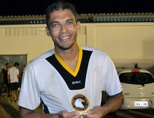 Robson, zagueiro do Globo FC, comemora o título e a vaga na final do Campeonato Potiguar (Foto: Jocaff Souza)