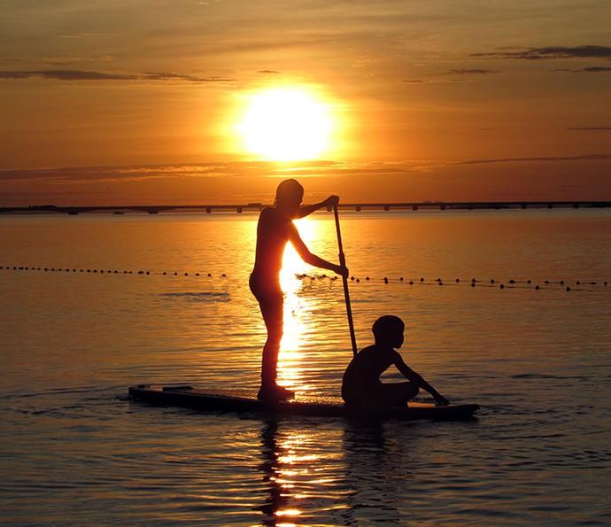 A dupla Enzo e Eder assiste ao pôr do sol na prancha de stand up paddle (Foto: Arquivo Pessoal)