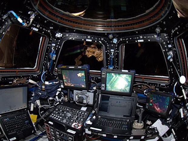 Em 7 de maio, o astronauta Don Pettit, a bordo da ISS, treinava para a acoplagem com a Dragon. (Foto: Divulgação)