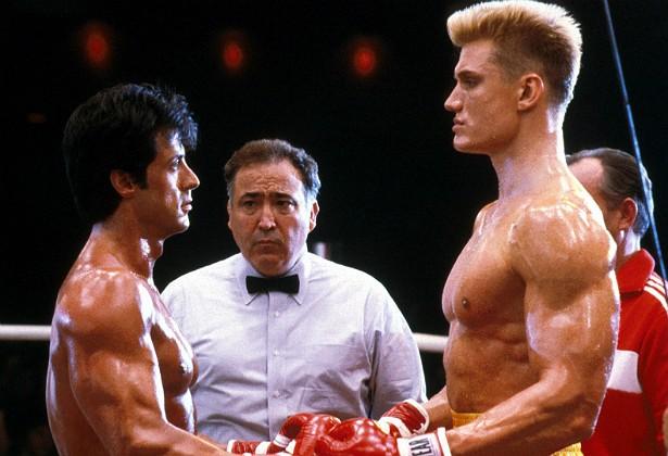 """Numa cena de luta em 'Rocky IV' (1985), o sueco Dolph Lundgren seguiu as orientações do diretor, roteirista e protagonista do filme, Sylvester Stallone, e atingiu o """"adversário"""" em cheio. O golpe machucou tanto a região do coração de Stallone que o ator precisou ficar nove dias internado, se recuperando. (Foto: Reprodução)"""