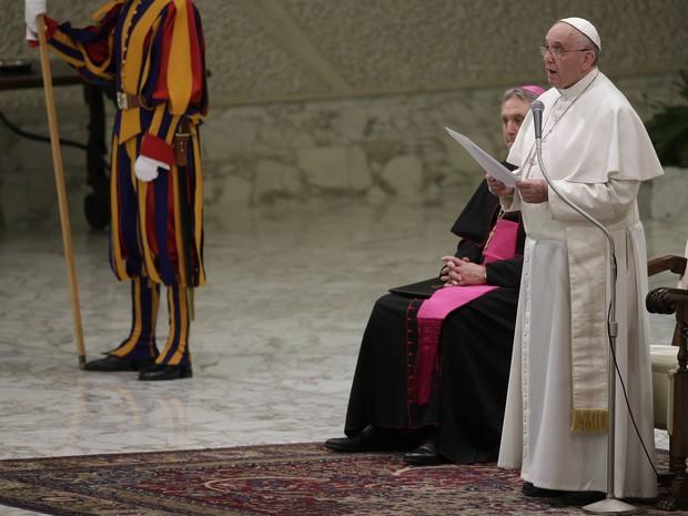 Papa Francisco lê seu discurso contra a máfia neste sábado (21) (Foto: Max Rossi/Reuters)
