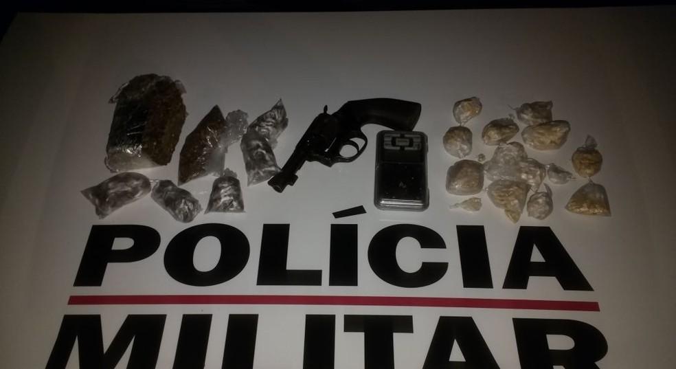 Maconha e pedras de crack apreendidas no Conferência Cristo Rei (Foto: Polícia Militar/Divulgação)