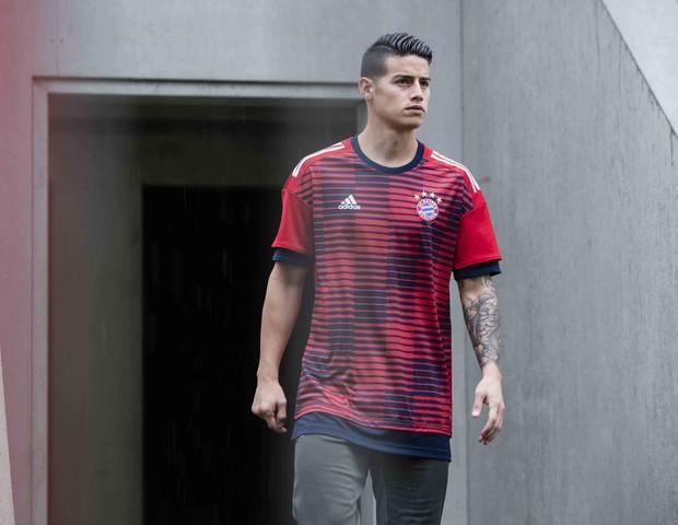 James Rodríguez veste a nova camisa pré-jogo do Bayern (Foto: reprodução)