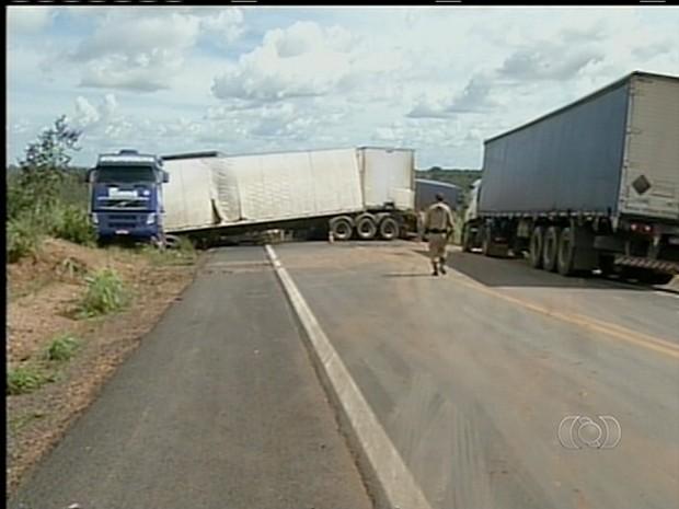 Caminhão ficou atravessado na BR-153 após acidente com caminhonete (Foto: Reprodução/TV Anhanguera)