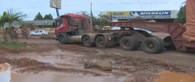 Caminhão atolou próximo a obra de um dos viadutos (Foto: Amazônia TV)