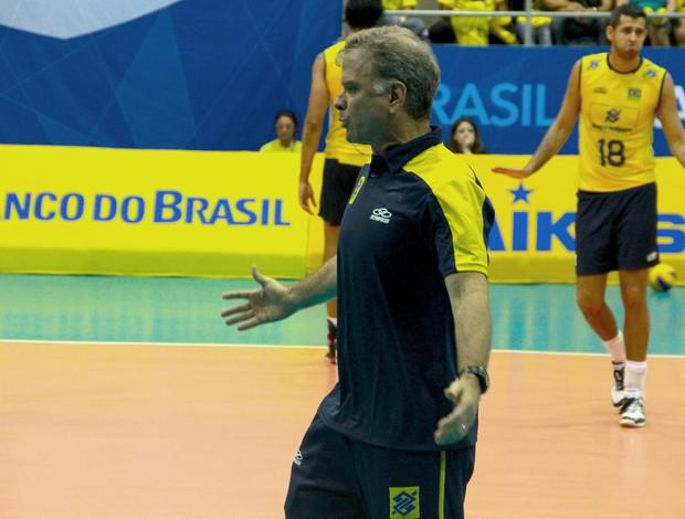 Bernardinho jogo vôlei Brasil x Colombia (Foto: Thiago Lavinas)