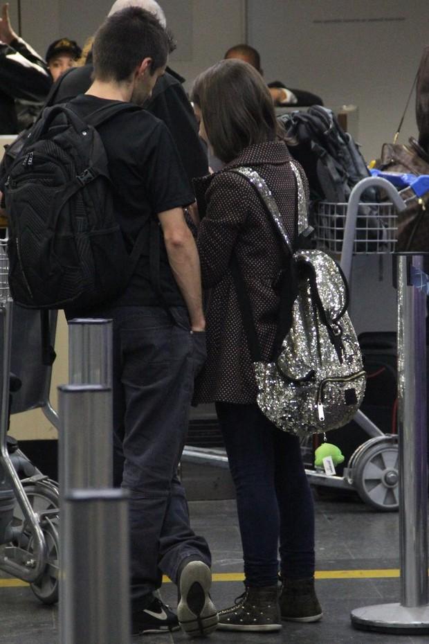 Klara Castanho embarca com mochila estilosa (Foto: Rodrigo dos Anjos/Ag News)