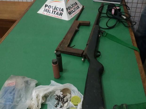 Polícia Militar apreendeu armas de fogo na casa do pai dos adolescentes (Foto: Polícia Militar de Caratinga)