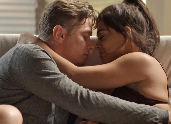 Arthur e Carolina: aposta e sedução (Foto: TV Globo)