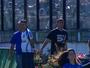 """Que fase! Gandula cai sozinha em jogo do Vasco e leva """"garrancho"""" da rodada"""