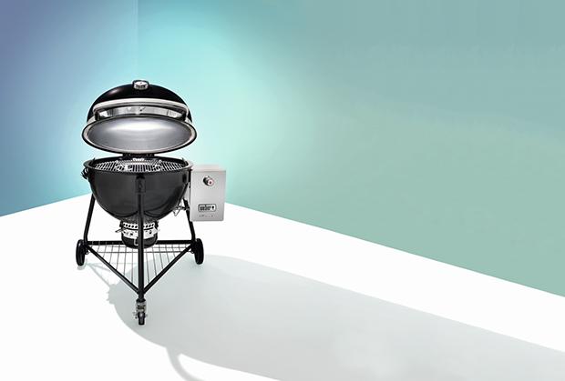 A mais completa A Summit é tanto um defumador, ideal para cozinhar em baixas temperaturas, como uma churrasqueira a carvão que  assa cortes rapidamente.  Mais: dispõe de acendedor a gás.  US$ 1,925 weber.com (Foto: Divukgação)