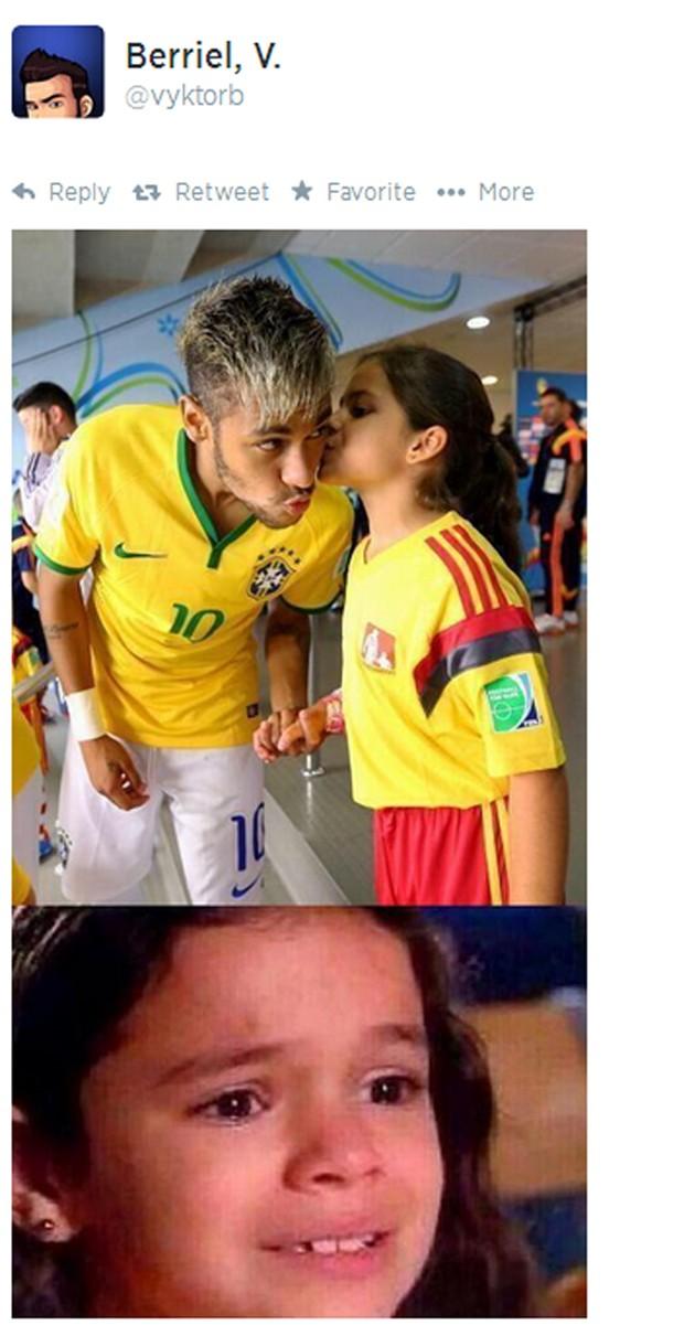 Menina dá beijo em Neymar antes de partida entre Colômbia e Brasil (Foto: Reprodução/Twitter)